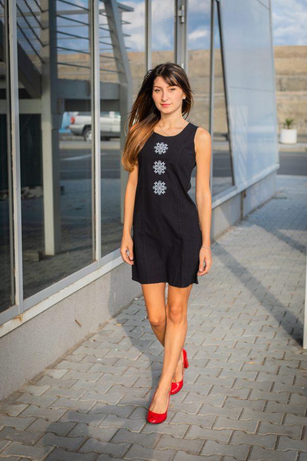 малка-черна-рокля-с-шевица